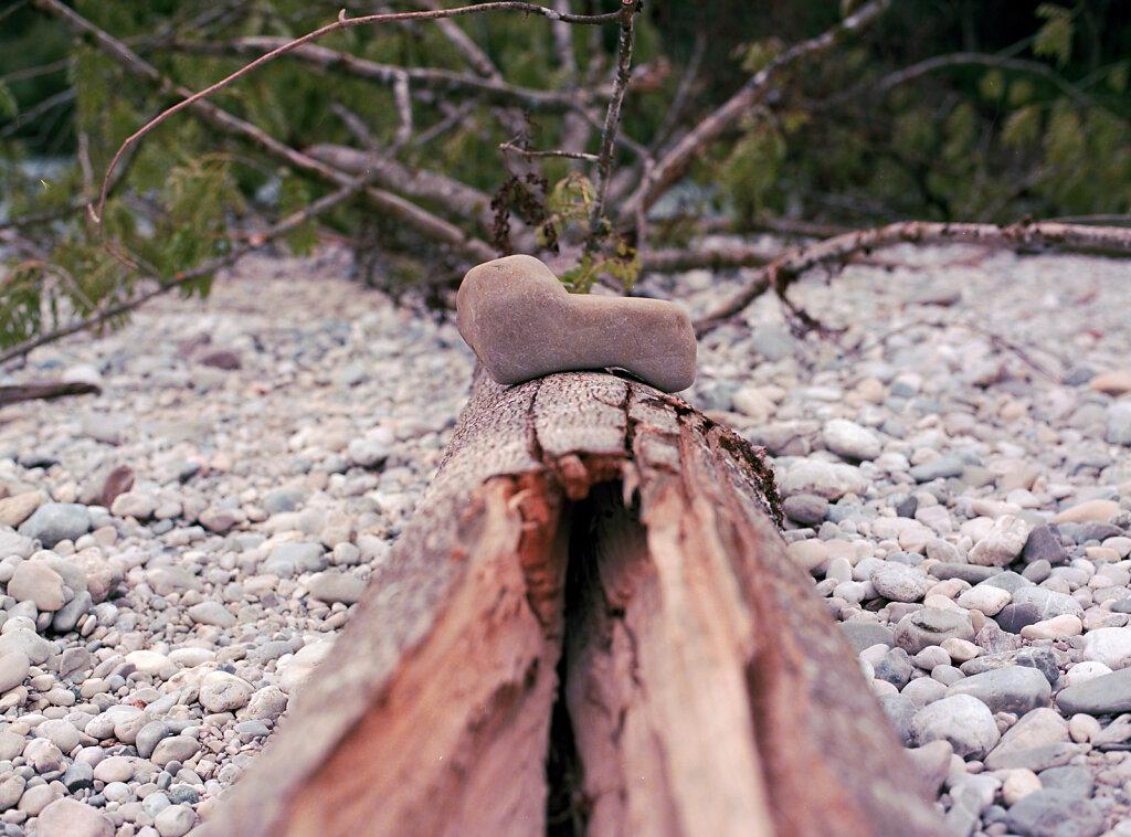 Stein auf Holz